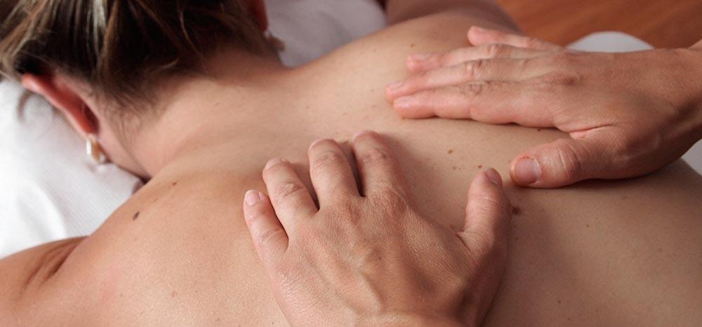 manos-masajista-contracturas-eliminar-tensión-estres